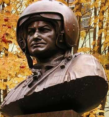 Бюст Тимуру Апакидзе в г. Североморске на площади Сафонова